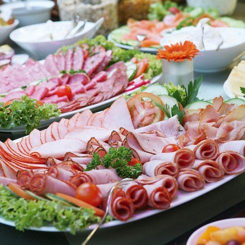 0d217f9b040f1d У ресторані обов'язково їх запропонують. На гаряче вибирайте кілька страв.  Запечену рибу, налисники з м'ясом і грибами, курчата тютюну.